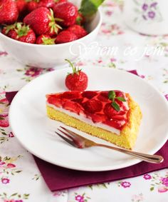 Sponge cake with strawberries Strawberry Cakes, Sponge Cake, Strawberries, Waffles, Cooking Recipes, Sweets, Breakfast, Food, Morning Coffee
