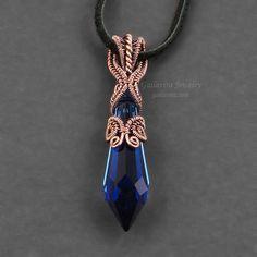 Eine dunkle blaue Swarovski Crystal Prisma ist aufwendig in abgedunkelten gewebte Kupferdraht umwickelt. Anhänger ist etwa 1/2(11mm) breit und 2 1/8 (53mm) lang. Anhänger wird von Ihrer Wahl der Kette aufgehängt werden. Die Kette kann in 16(40 cm), 18 (45 cm), 20(50 cm), 22 (55