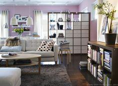 Multe cărți și o canapea confortabilă = începutul unei după-amieze frumoase, nu?