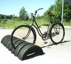 Aparcamiento exterior para bicicletas reciclando neumaticos