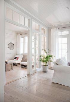 KANNUSTALO - Suomen kauneimpia Koteja Tolle Trennung zwischen Wohnzimmer   Esszmmer/Küche