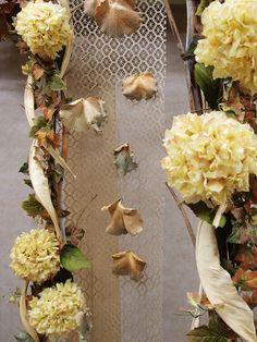 Oline idee per vetrine negozi e decorazioni autunnali. Come allestire in modo facile e veloce con rami, fiori artificiali e foglie secche