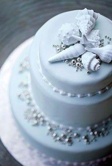 These seashells are a subtle way to add a beach theme into your #weddingcake. #beachweddings