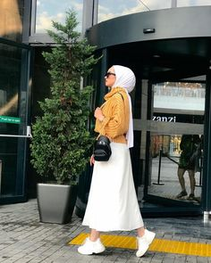 Image may contain: one or more people, people standing and outdoor Foto Fashion, Hijab Fashion, Fashion Dresses, Hijab Outfit, Modest Outfits, Casual Outfits, Cool Kids Club, Hijabi Girl, Hijab Stile