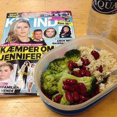 Another lunch at work ☺️ I dag har jeg lang arbejdsdag, dermed flere pauser, så nøjes med ris, bønner og broccoli nu. Efter arbejde venter en lækker omgang ryg og skulder træning  #protein #fitfamdk #rawvegan  #eattogrow #recovery #Padgram