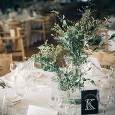 * テーブルナンバー。 . 白、茶色、緑のナチュラルベースな会場だけど、テーブルナンバーはあえての黒にしてみた。 . 遠くからでも見やすいし、黒が入ることで全体がキリッと引き締まった気がする ⍩⃝ . #結婚式レポ #結婚式diy #テーブルナンバー手作り #ゲストテーブル #会場装花 #ナチュラルウェディング