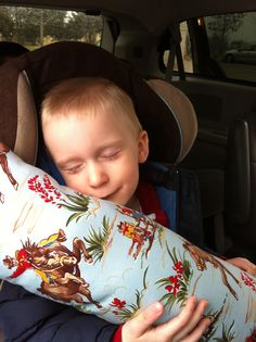 Seat Belt Pillow Tutorial tutorial - Seat belt pillow for kids. Baby Pillows, Kids Pillows, Burlap Pillows, Decorative Pillows, Seatbelt Pillow Tutorial, Crochet For Kids, Sewing For Kids, Sewing Crafts, Sewing Projects