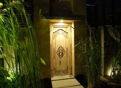 Balinese Entrance courtyard door Balinese Villa, Balinese Garden, Front Gates, Entrance Gates, Modern Tropical, Tropical Style, Asian Doors, Bali Style Home, Front Door Lighting