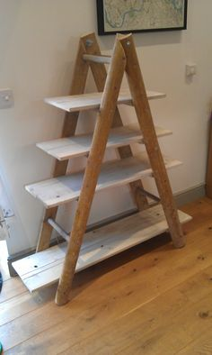 A very clever ladder bookshelf Rustic Ladder, Wooden Ladder, Basement Inspiration, Room Inspiration, Country Bedroom Design, Ladder Bookshelf, Small Apartment Decorating, Repurposed Items, Home Furniture