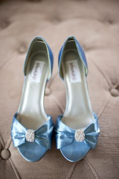 Gotta love blue shoes! #makenaweddings www.makenaweddings.com