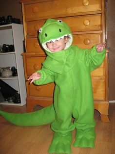 This awesome dinosaur costume zips up the front, and has a detachable hood. My favorite parts are the super long tail that drags behind, and the giant Dinosaur Halloween Costume, T Rex Costume, Dinosaur Party, Evie Halloween, Halloween Costumes For Kids, Family Costumes, Baby Costumes, Cute T Rex, Halloween Disfraces