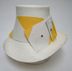「やっぱり帽子が好き」Miss Jonesの真っ白い帽子