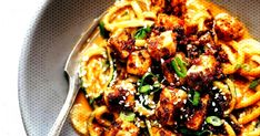 Spicy Sesame Zoodles with Crispy Tofu! SUPER easy recipe using sesame oil peanut butter soy sauce garlic ginger zucchini and tofu. Vegan Zoodle Recipes, Spiralizer Recipes, Healthy Recipes, 500 Calorie Dinners, Zucchini, Sweet Home, Crispy Tofu, Vegetarian Chili, Vegetarian Dinners