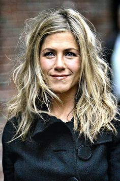 The messy sexy hair look is all over the A-listers. We've got 11 of the hottest amongst them, complete with simple insider DIY how to tips. Come take a look. Jennifer Anniston with Sexy Hair Peinados Jennifer Aniston, Jennifer Aniston Hair Color, Estilo Jennifer Aniston, Jennifer Aniston Pictures, Jennifer Aniston Movies, Celebrity Hairstyles, Trendy Hairstyles, Jeniffer Aniston, Hair Evolution