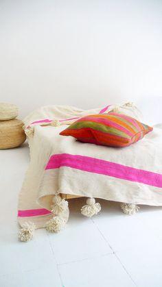 Moroccan POM POM Wool Blanket Ecru and Pink bands por lacasadecoto