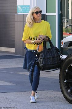 Gwen Stefani kept a far more casual appearance as she tended to errands in the Studio City area on Monday morning Grunge Fashion, Denim Fashion, Fashion Outfits, Womens Fashion, Celebrity Casual Outfits, Celebrity Style, Black Top And Jeans, Gwen And Blake, Gwen Stefani Style