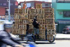 Basis für diese Gefährt mir Bananenkisten ist ein Motorrad.