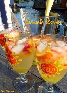 Bekijk de foto van Marga Nijhuis met als titel Zonnig weer? Maak een kan Sangria Blanco, steek de bbq aan, geniet en proef de zomer! ¡Salud! Ingrediënten voor een karaf 'Sangria Blanco': • 1 fles witte wijn • sinaasappel • druiven • aardbeien • scheutje koolzuurhoudend limonade, zoals Spa citron, Fanta lemon, Sprite of 7 Up, • ijsblokjes Was het fruit en snijd het in plakjes.  Schenk een fles witte wijn in een karaf en voeg het fruit toe. Laat dit bij voorkeur een paar uur trekken in de…