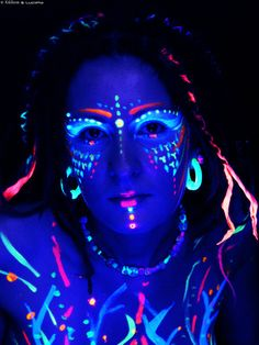 maquillaje glow in the dark Neon Painting, Light Painting, Festival Looks, Pintura Facial Neon, Maquillage Phosphorescent, Neon Face Paint, Body Paint, Uv Makeup, Makeup Art