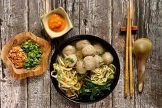 Mie Bakso polévka Prawn Dumplings, Cantonese Cuisine, Chicken Chow Mein, Chicken Plating, Authentic Chinese Recipes, Peking Duck, Pork Buns, Asian Recipes, Ethnic Recipes