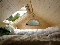 Impresionante altillo cubierto de madera blanca.