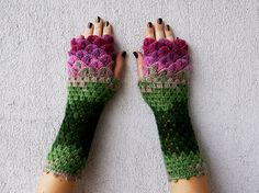 Keine Anleitung - With lots of beautiful colors, crochet dragon scales, and a crocodile stitch pattern, these fingerless gloves are absolutely stunning. Crochet Gloves Pattern, Crochet Mittens, Knit Or Crochet, Crochet Crafts, Crochet Stitches, Crochet Projects, Free Crochet, The Mitten, Dragon En Crochet