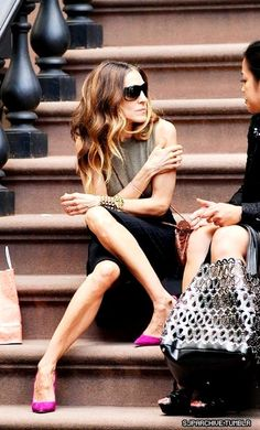 hair + pink heels SJP x Sarah Jessica Parker, Love Her Style, Looks Style, Style Me, Casual Styles, Carrie And Big, Carrie Bradshaw Style, City Style, Celebs
