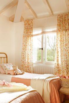 Una cortina para cada ventana · ElMueble.com · Escuela deco Cozy Bedroom, Dream Bedroom, Kids Bedroom, Country Cottage Bedroom, Cottage Style, Awesome Bedrooms, Cool Rooms, Plans Architecture, Style Vintage