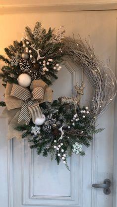 Christmas Garden, Noel Christmas, Christmas Crafts, Christmas Ornaments, Simple Christmas, Natural Christmas Tree, Christmas Mantles, Minimal Christmas, Burlap Christmas