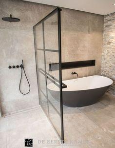 (De Eerste Kamer) De stalen douchewand is tegelijkertijd de designradiator in deze geweldige badkamer. Meer inspiratie vindt u op www.eerstekamerbadkamers.nl