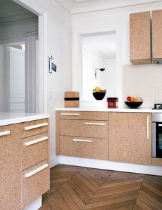 Love the use of cork and white hardware. | Archi : Aggloméré sur www.milkdecoration.com