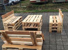 Wood pallets are easily obtainable, often free of charge, and simple to work with. Natural and affordable wood pallets are a fantastic choice for wood recycling. Pallet Garden Furniture, Diy Pallet Sofa, Diy Sofa, Diy Pallet Projects, Pallet Patio, Homemade Couch, Into The Woods, Pallet Creations, Wooden Pallets