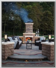 There are lots of affordable backyard landscaping ideas you can look into. For a backyard landscape upgrade, you don't need to spend so much cash to get an outdoor look that is easy and affordable. Outdoor Fireplace Patio, Outside Fireplace, Outdoor Fireplace Designs, Fireplace Ideas, Outdoor Fireplaces, Backyard Patio Designs, Backyard Landscaping, Patio Ideas, Design Jardin