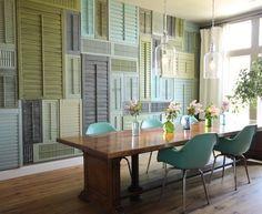 90 Вдохновляющих идей для декорирования стен своими руками: Создаем свой уникальный интерьер! http://happymodern.ru/dekorirovanie-sten-svoimi-rukami/ Разноцветные старые ставни для окон в декоре стен квартиры