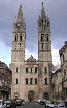 saint etienne in caein; Gründungsbau normannischer Architektur; West-Fassade: Triforium, Dienste