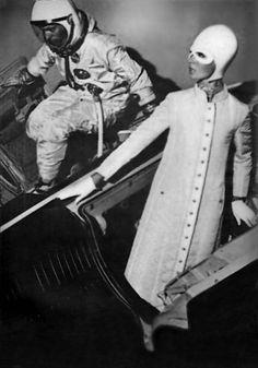 Андре Курреж. В 1964 году выходит коллекция Space. Формы  были крайне экстравагантны: квадраты, трапеции и треугольники. Подол юбок располагался значительно выше колен, а сами наряды были выполнены из пластика и металла и отличались кричащими расцветками. Законченность футуристическим образам придавали высокие сапоги на плоской подошве и необычные шляпы в виде космических шлемов.