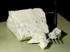 Danablu (Danish Blue) - A strong blue veined cheese from Denmark. In my opinion it has a clearer taste than Stilton. Cheese Trays, Meat And Cheese, Chutneys, Blue Veined Cheese, Danish Blue Cheese, Stilton Cheese, Blue Cheese Dressing, How To Cook Eggs, Melted Cheese
