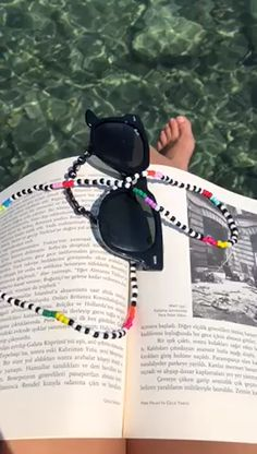 sunglasses chain You will never lose your favourite pair of shades again with these colourful, fun sunglass chains! Lanyard Tutorial, Diy Glasses, Beaded Lanyards, Stone Crafts, Summer Beach, Sunglasses Accessories, Chains, Sunnies, Choker