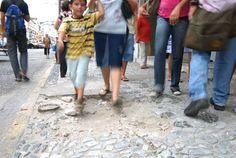 """Pregopontocom @ Tudo: Calçada, terra de ninguém  Mobilidade  A primeira constatação da falta de prioridade para o ato de caminhar é a exclusão legal da calçada do """"sistema de mobilidade"""", com a atribuição ao proprietário do lote da responsabilidade de construir e cuidar das calçadas."""