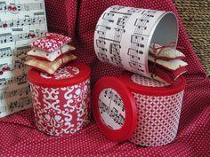 Apresentam-se caixas recicladas em vermelho e notas musicais, acompanhadas com as famosas almofadinhas d'alfazema :)