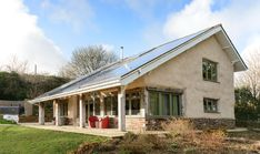 The Smiths wanted to create a sustainable home for their family and for their business, so used natural materials and renewable technology to create a flagship property Build My Own House, Self Build Houses, Building A House, Timber Frame Homes, Timber House, Holmes On Homes, Recycled House, Recycling, Straw Bales