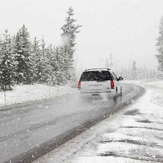 Winter driving conditions mean even the most careful drivers can end up stranded after an accident. An emergency car kit is the best way to protect you and your passengers, Security Tips, Safety And Security, Winter Car Kit, Winter Driving Tips, Car Care Tips, Winter Road, Mother Earth News, Kit Cars, Mans World