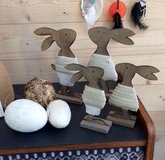 Lapins en bois et habillés, deux tailles. Œufs en plumes.