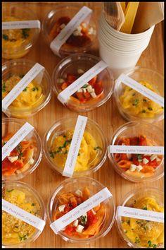 赤色はトマトとモッツアレラチーズのペンネ、黄色がカボチャのニョッキです。ただカップに入れるのではなく、ちゃんと紙タグを付けているところが素敵です。