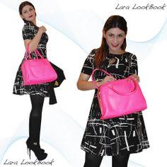 """Con un abito anni 50, rendete protagonista l'accessorio. La bag fuxia fluo si rende protagonista indiscussa di questo outfit in forte contrasto con lo stile retro' dell'abito. Nella moda impariamo a Giocare  ! Nel look abito MAde in Italy """"Più abbigliamento Fabriano"""", Bag (K&S accessorized), stivale Byblos."""