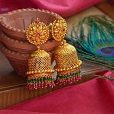 Saved by radha reddy garisa Gold Jhumka Earrings, Jewelry Design Earrings, Gold Earrings Designs, Jhumka Designs, Kerala Jewellery, India Jewelry, Gold Jewelry, Indian Gold Jewellery, Temple Jewellery