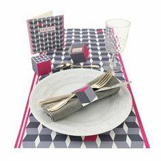 des éléments en papier à télécharger pour un décor de table aux motifs géométriques gris et roses : menu, chenin de table, rond de serviette, boîte cadeau, marque place