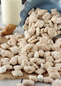 This Fluffernutter Puppy Chow is a fun, easy treat to make! And it combines two delicious flavors – peanut butter and marshmallow. Have you ever had a fluffernutter sandwich? It was a favorite of mine (Peanut Butter Chex Mix) Easy Puppy Chow Recipe, Puppy Chow Snack, Puppy Chow Recipes, Chex Mix Muddy Buddies, Muddy Buddies Recipe, Snack Mix Recipes, Snack Mixes, Jelly Cookies, Shortbread Cookies