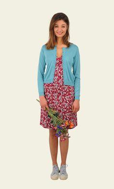 Een veelzijdige jurk met flatterende fit. Het model heeft een geplooide taille en vaste overslag die net als de mouwen is afgezet met een ricrac randje. Een fijne jurk voor de zomer maar ook te combineren met een panty en cardigan op koudere dagen.