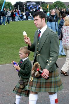If you're not good with kids, you're not gonna be good with kilts either. | 14 Photos That Prove Real Men Wear Kilts